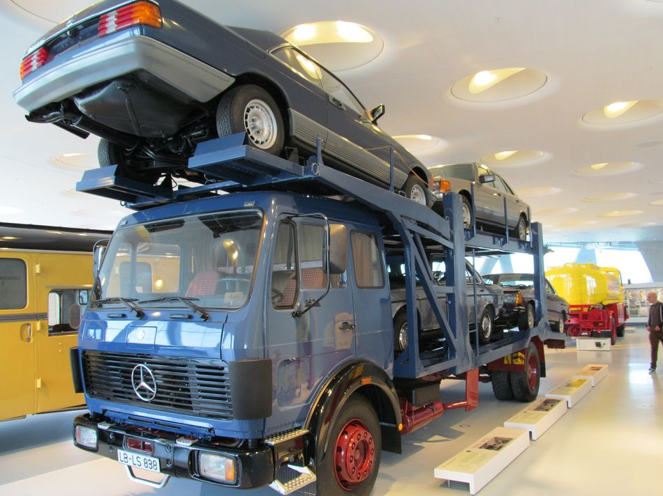 mercedes benz transport de voitures 1988 musee mercedes benz de stuttgart allemagne camion. Black Bedroom Furniture Sets. Home Design Ideas